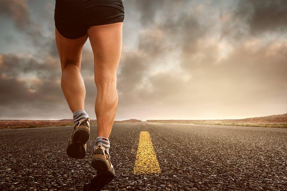 /></p> <p> Cuando se sigue una dieta cetogénica, es importante obtener la descomposición correcta de las macros (grasas, proteínas y carbohidratos). Pero cuando usted es un atleta se vuelve aún más importante que la proporción correcta.</p> <p> Necesitas empezar con la cantidad de proteína. La proteína estimula la construcción de músculo, y promueve la quema de calorías más que los otros macronutrientes. Además, comer suficiente proteína asegurará que no perdamos masa muscular.</p> <p> Una vez que haya calculado sus necesidades de proteínas, entonces trabaje con los otros macronutrientes basándose en lo que la Dieta Ketogénica Dirigida.</p> <p> La Dieta Ketogénica Dirigida se basa en la Dieta Ketogénica Estándar, con una adición importante. Usted come de 20 a 50 gramos (o menos) de carbohidratos netos, tomados de 30 minutos a una hora antes de hacer ejercicio. Estos 20-50 gramos son adicionales a sus carbohidratos netos de 20-50 gramos por día como parte de la descomposición estándar de macronutrientes.</p> <p> Si todavía está tratando de perder peso, cuente los carbohidratos adicionales como parte de sus calorías diarias (y luego reduzca la grasa).</p> <p> Los carbohidratos adicionales que usted tiene antes de su entrenamiento deben ser idealmente en forma de glucosa. La fructosa irá directamente al hígado, para reponer el glucógeno hepático, en lugar de ir a los músculos. Las tabletas de dextrosa o los paquetes de gel de glucosa son ideales.</p> <p> Los carbohidratos adicionales pueden consumirse solos o con proteínas, pero no con grasa. La grasa de la dieta tiene el efecto de reducir el consumo de proteínas y carbohidratos, que es algo que usted no quiere.</p> <p> Otra opción para los atletas es seguir la dieta cetogénica cíclica. Esto es cuando usted sigue la Dieta Ketogénica Estándar durante 5-6 días, luego tiene 1-2 días de alto consumo de carbohidratos para rellenar por completo las reservas de glucógeno muscular y hepático. Si usted sigue la dieta cetogénica